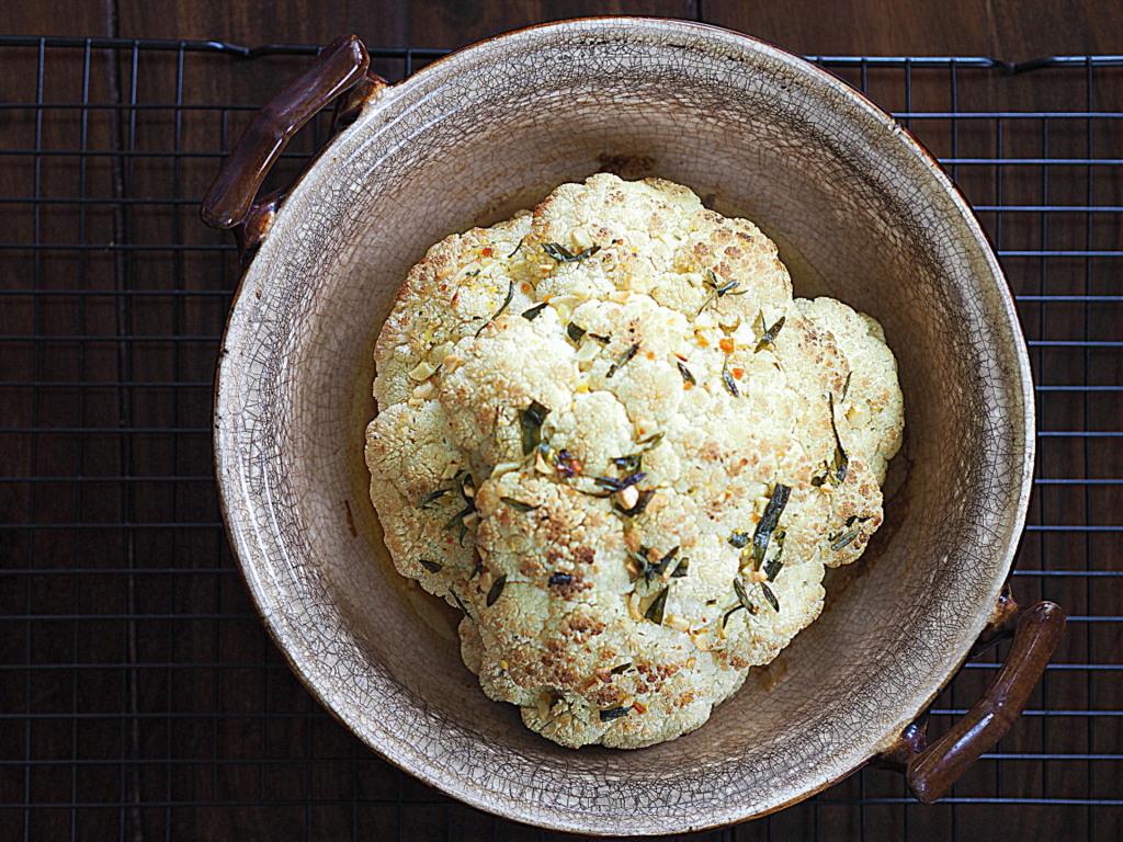 Kalafior pieczony z masłem ziołowym