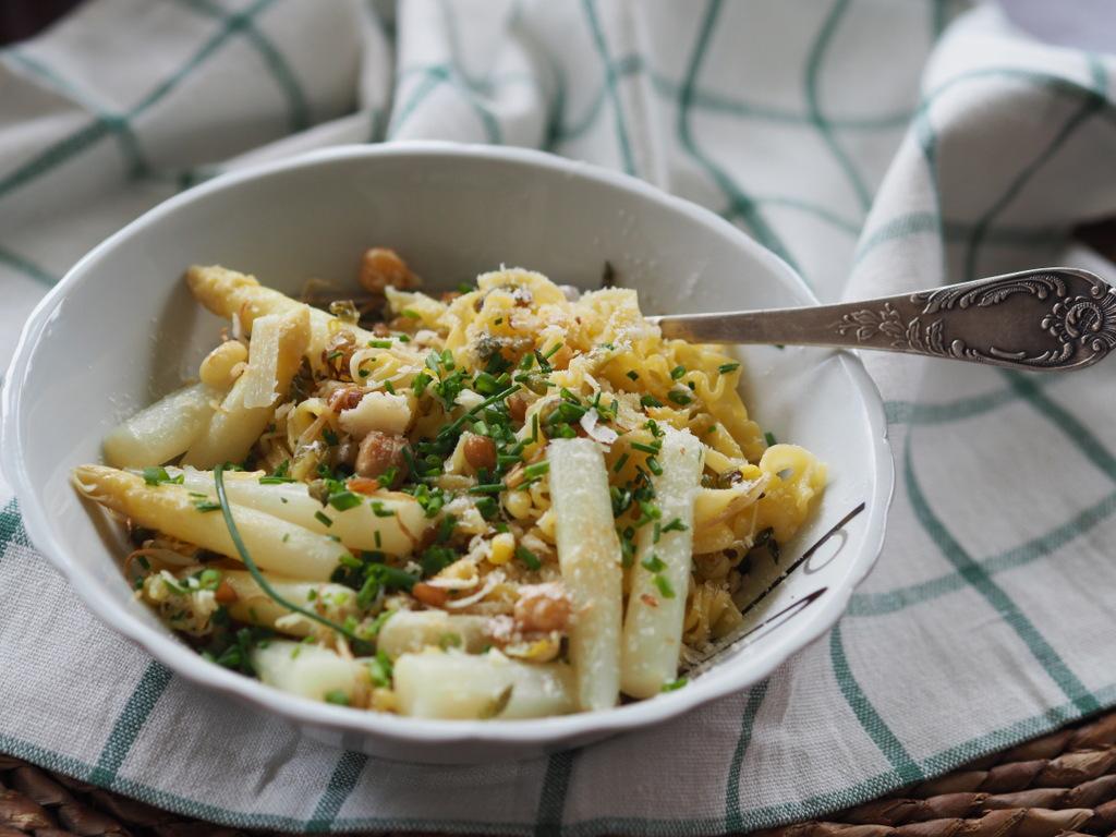 Szparagi stir fry z kiełkami i makaronem