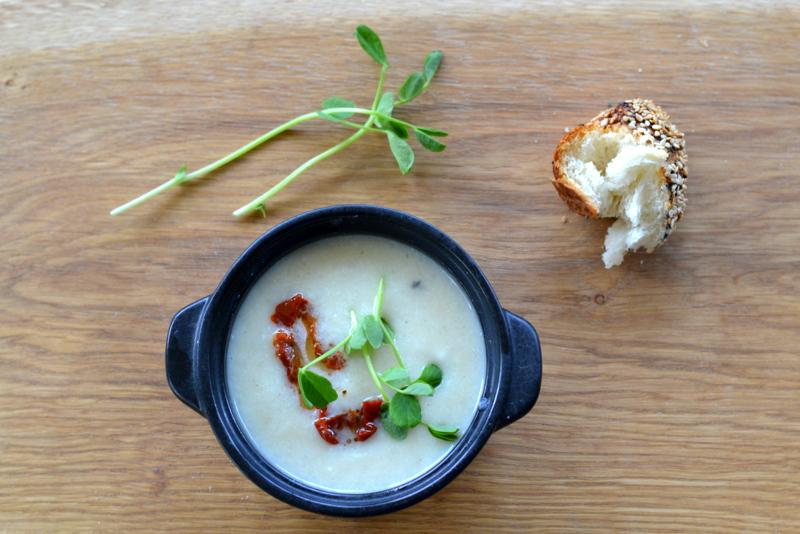 Zupa z białych warzyw z liśćmi groszku i suszonym pomidorem