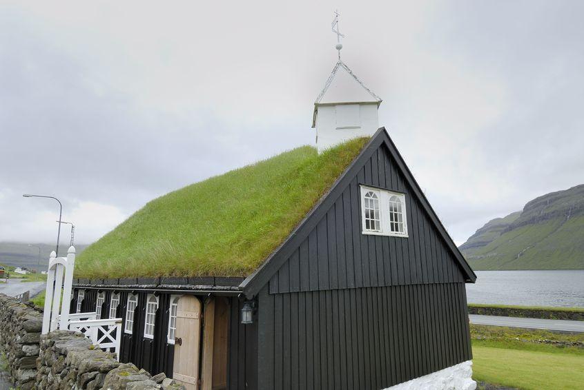 123RF.com / Zielony dach kościoła na Wyspach Owczych