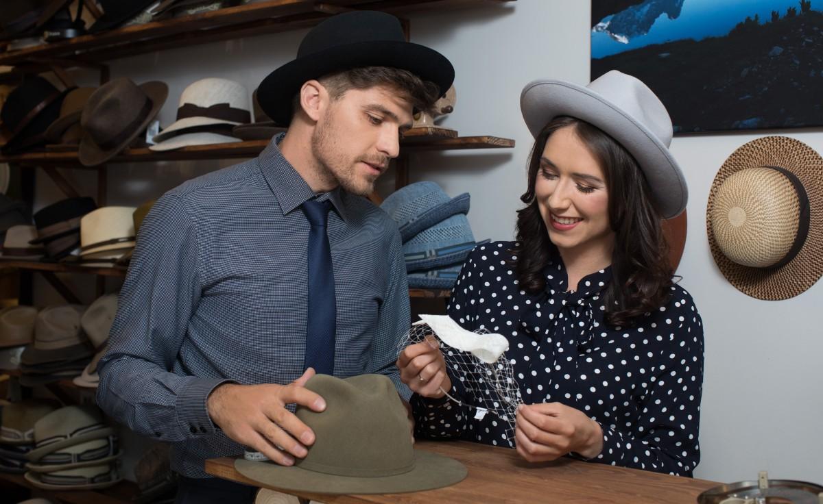 Karolina Kasza i Boris Gall – polsko-francuska para, która z zamiłowania do mody i kapeluszy prowadzi butik z kapeluszami w Krakowie. (Fot. materiały prasowe)