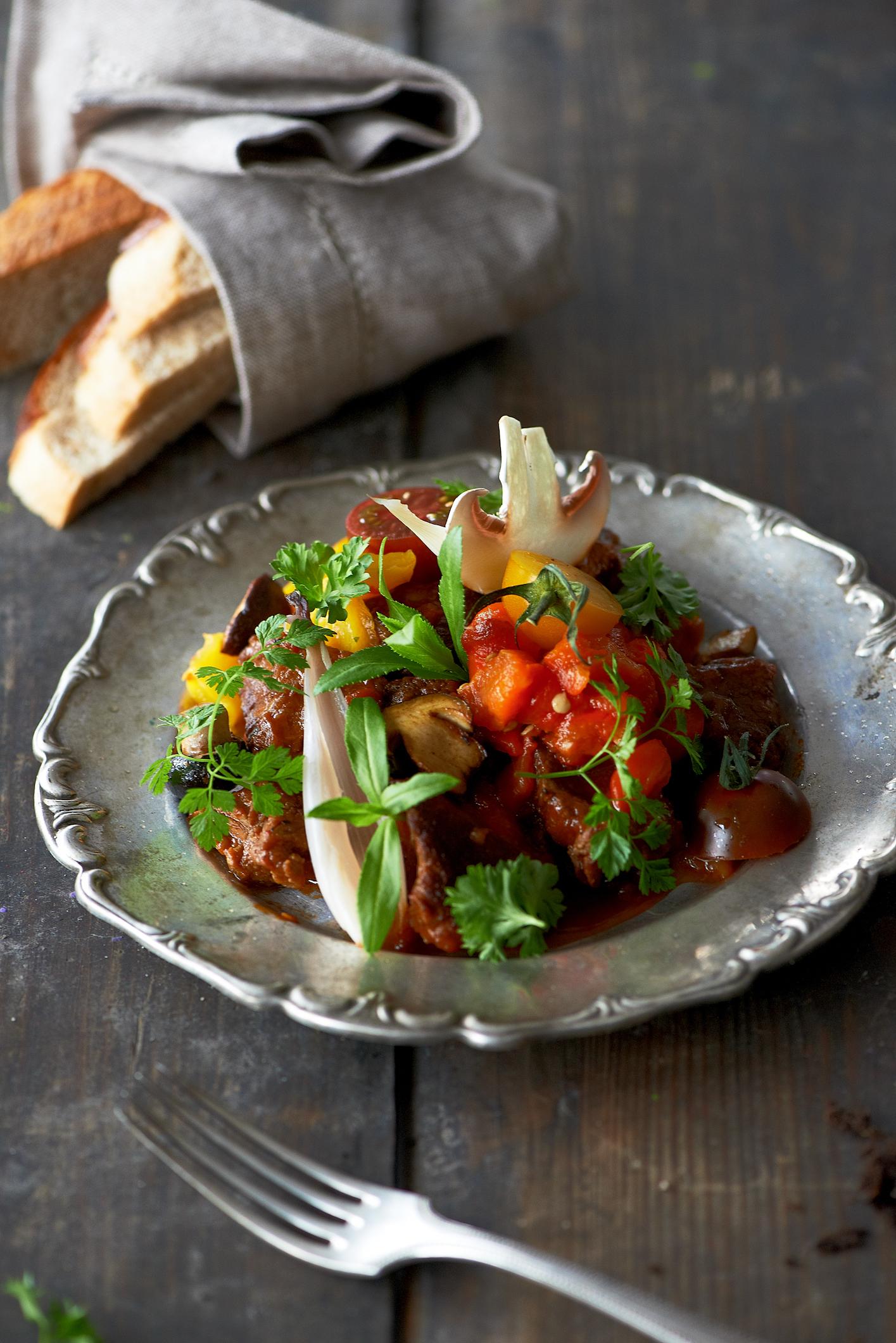 Szponder wołowy duszony z warzywami grzybami i świeżymi ziołami