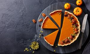 2020/10/dyniowa-tarta-z-przyprawami-pumpkin-pie-on-marble-cutting-board-dark-background-copy-space-top-picture-id1215305488.jpg