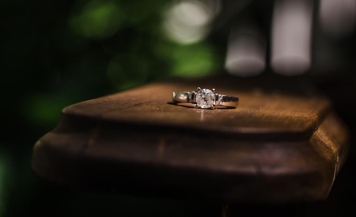 Złote pierścionki - jak nosić i czy można je łączyć?