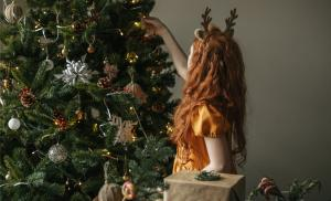 2020/09/po-co-nam-tradycje-bozonarodzeniowe-co-z-nich-czerpiemy-wyjasnia-wojciech-eichelberger-girl-with-red-hair-decorating-the-christmas-tree-picture-id1193756112.jpg