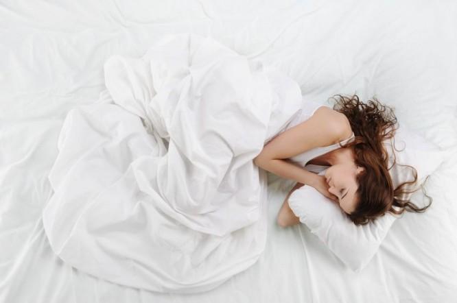 Budzisz się w nocy i nie możesz zasnąć? Oto cztery rady, jak sobie pomóc
