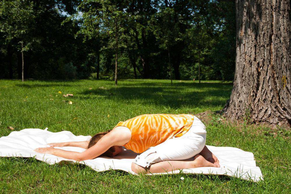 Joga na trawie – ćwiczenie numer 4: pozycja dziecka