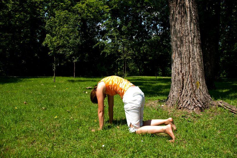 Joga na trawie - ćwiczenie numer 3: pozycja kota