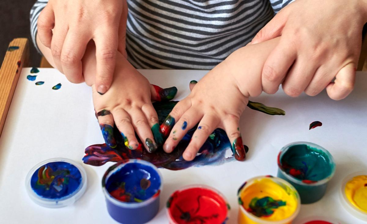 Zabawy z dziećmi: zabawy angażujące zmysły