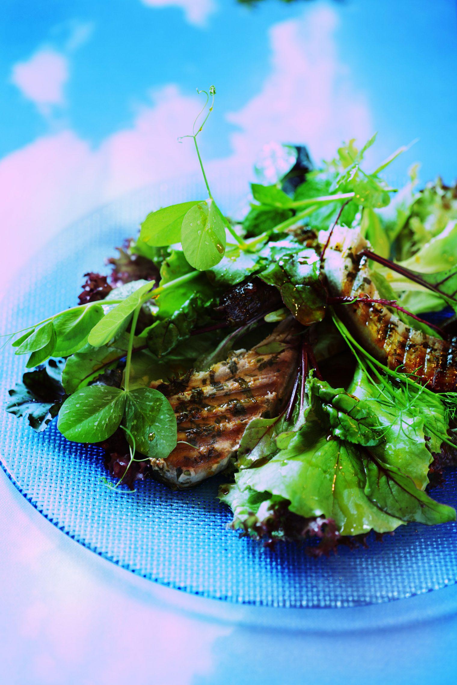 Sałatka z grillowanym stekiem z tuńczyka