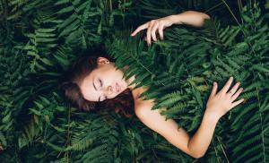 2020/03/troska-o-wlasne-cialo-co-oznacza-girl-with-red-hair-in-an-armful-of-ferns-picture-id685189066-1.jpg