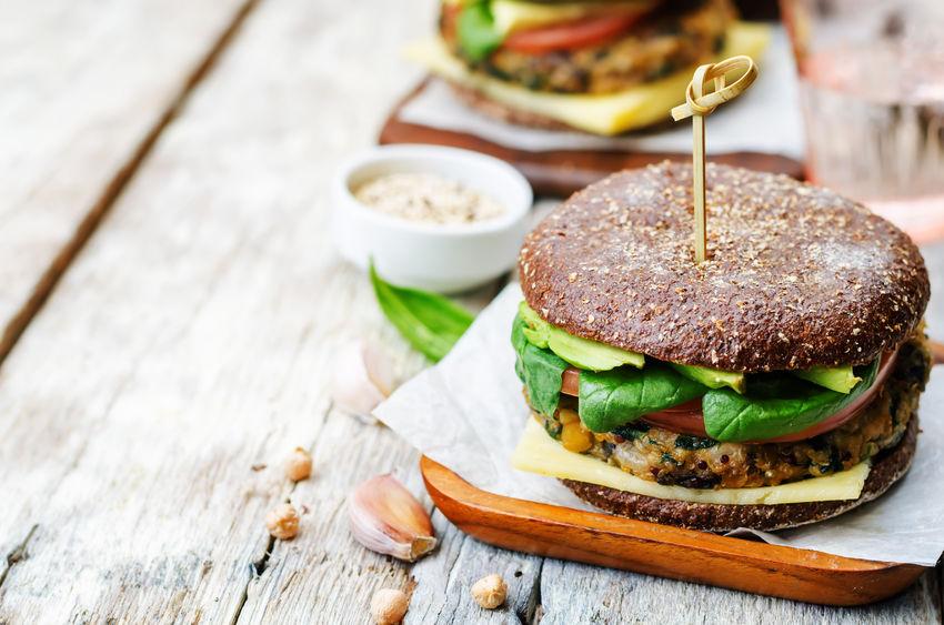 Burgery wege z ciecierzycy i kukurydzy w dipie ziołowym