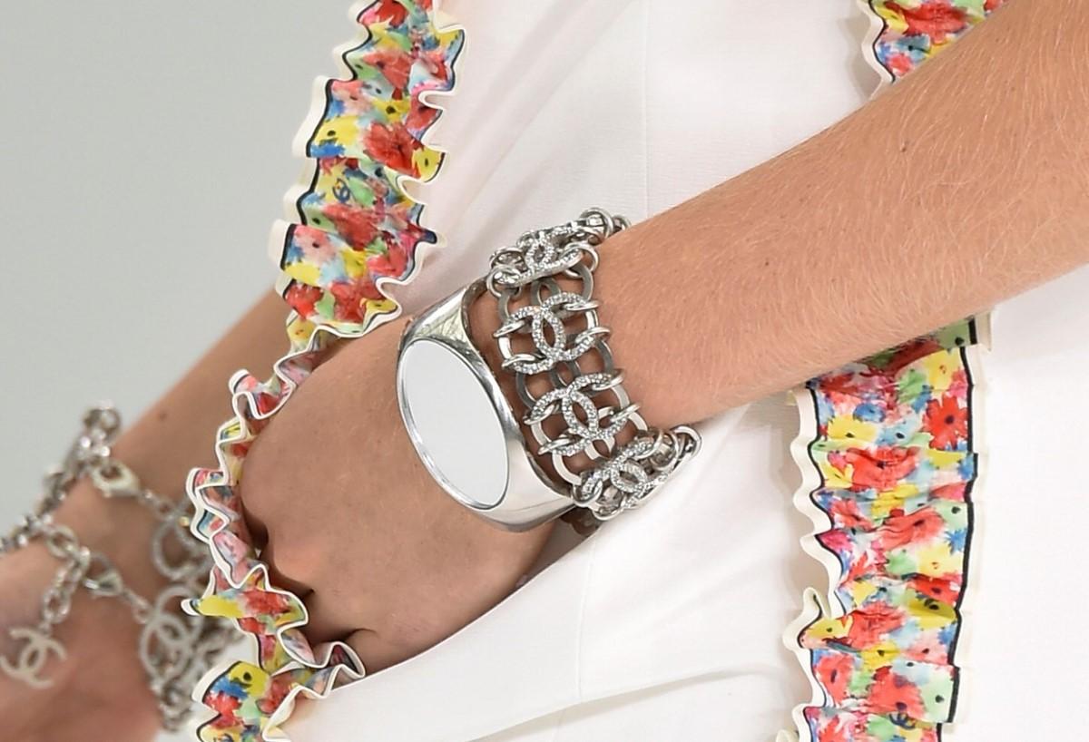 Jak nosić zegarek na ręce? Jaki wybrać, by dobrze komponował się z bransoletkami?