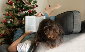 2020/10/czasem-na-samotne-swieta-po-prostu-mozna-miec-ochote-lazy-days-during-the-christmas-and-book-reading-picture-id1192433975.jpg