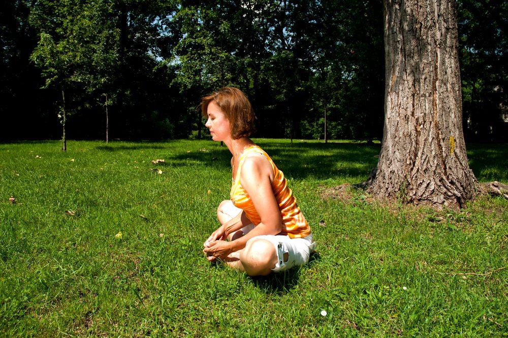 Joga na trawie - ćwiczenie numer 6: motyl