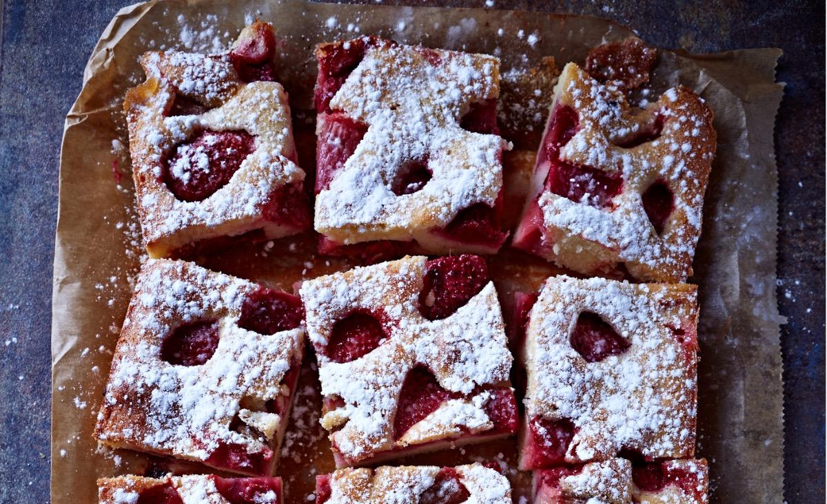 Ciasto na maślance z truskawkami za kuchennymi drzwiami
