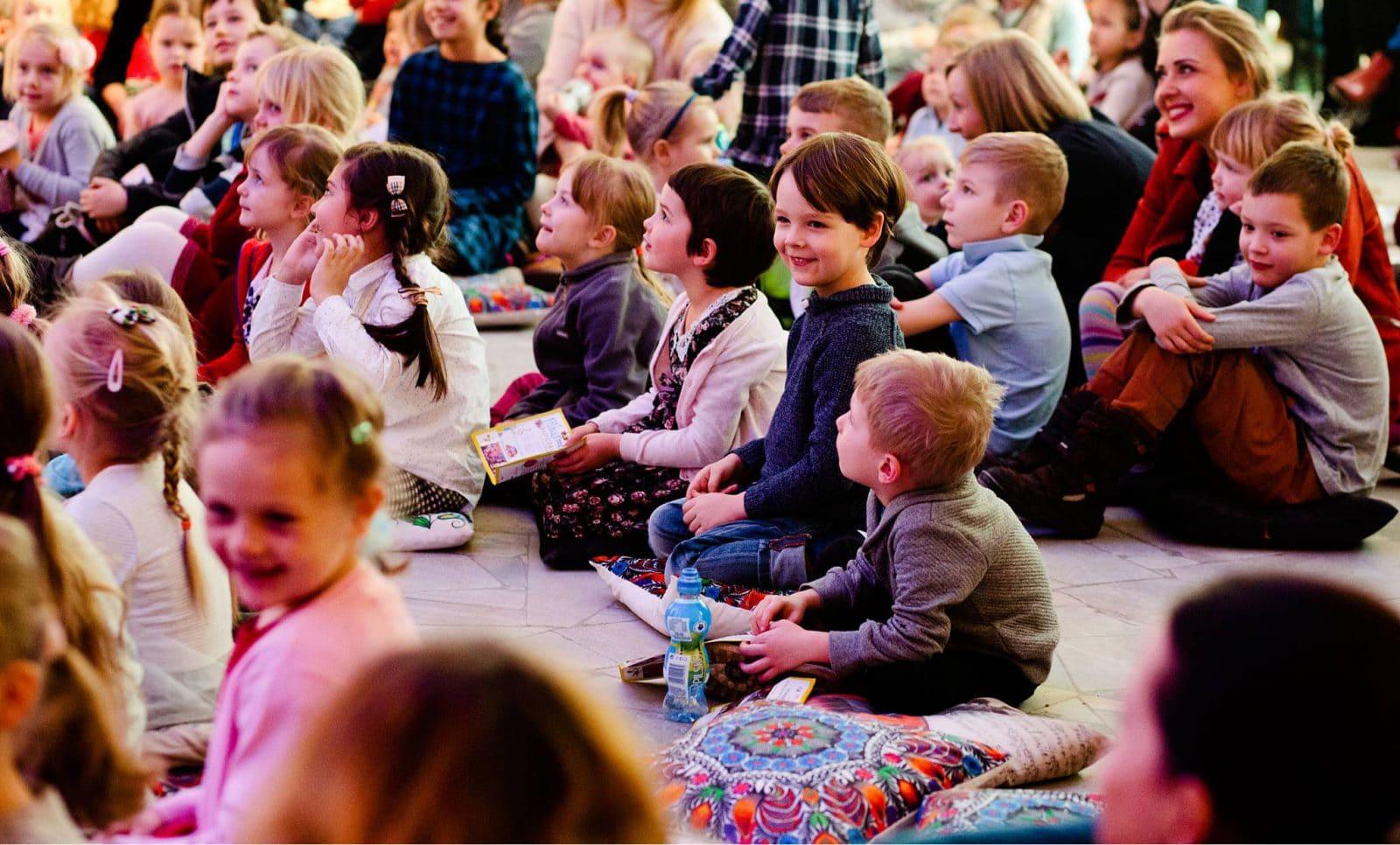Każdy koncert ma przemyślany scenariusz, powtarzamy dla oswojenia dzieci z językiem sztuki kilka wybranych nowych wyrazów podczas koncertów, by stawały się częścią ich języka.