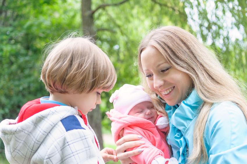 Nowe dziecko w rodzinie: co zrobić, gdy pojawia się zazdrość o rodzeństwo?