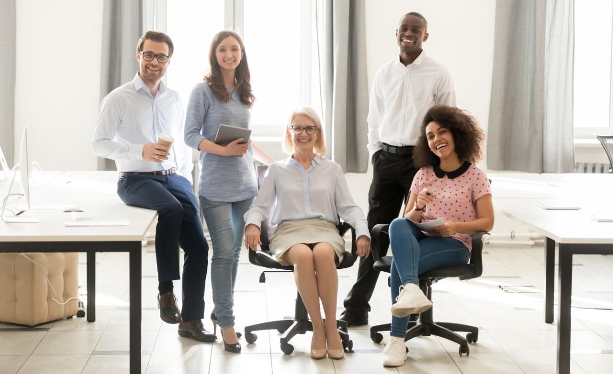 Starsi i młodsi w jednym biurze - jak się dogadać?