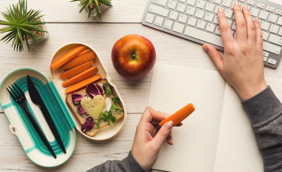 Menu dla mózgu: Co jeść w pracy, by być zdrowym i efektywnym?
