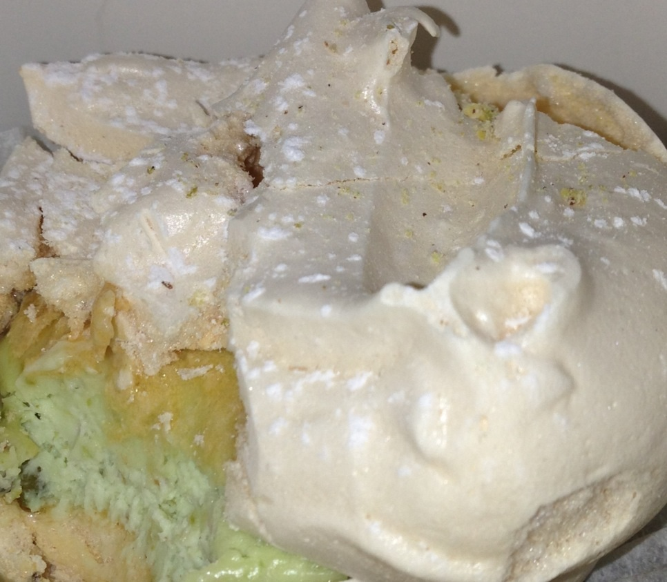 Ciastko bezowe z kremem pistacjowym