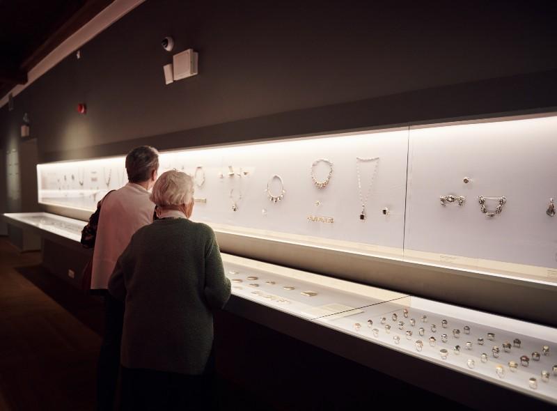 Prezentowane na wystawie biżuteria i galanteria dokumentują ponad pół wieku działalności ORNO. (Fot. M.Sieczka)