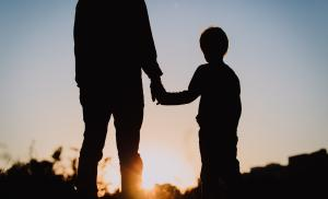2019/09/silhouette-of-father-and-son-holding-hands-at-sunset-picture-id669999788.jpg