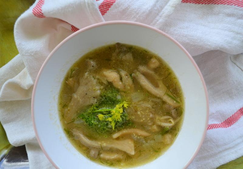 Zupa z polenty i boczniaków z koperkowym pesto za kuchennymi drzwiami