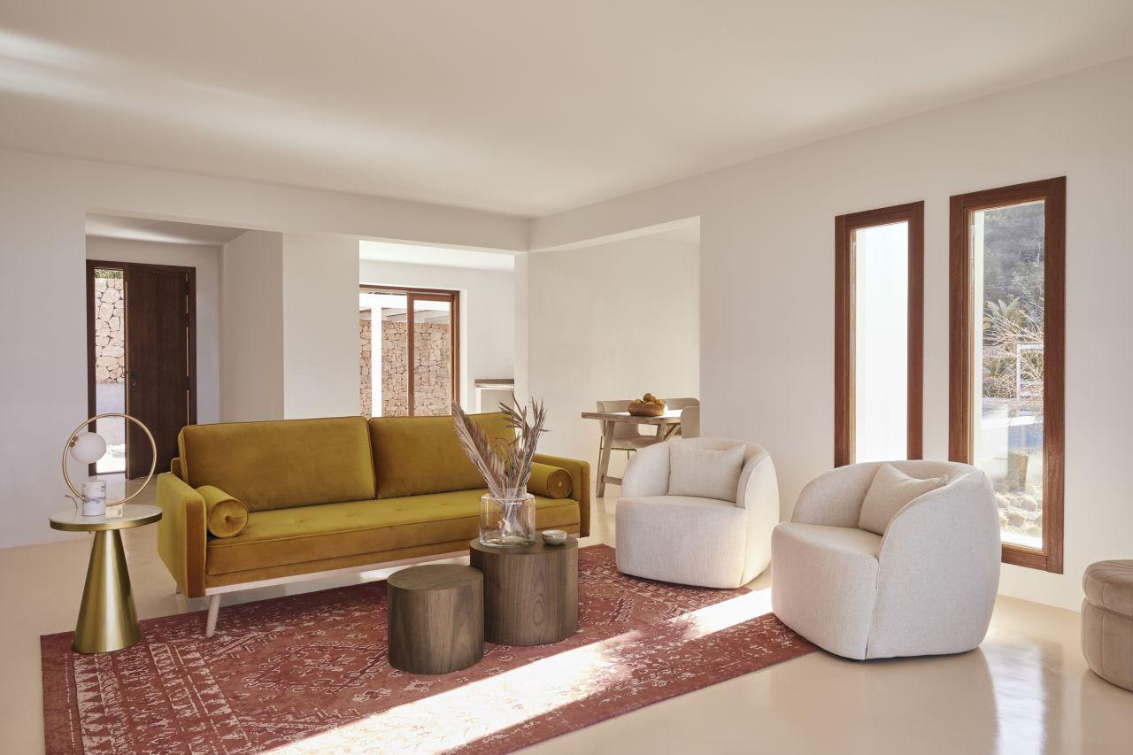 Przytulna sofa i miękkie fotele zachęcają do relaksu; Westwing Collection Modern Natura (Fot. materiały partnera)