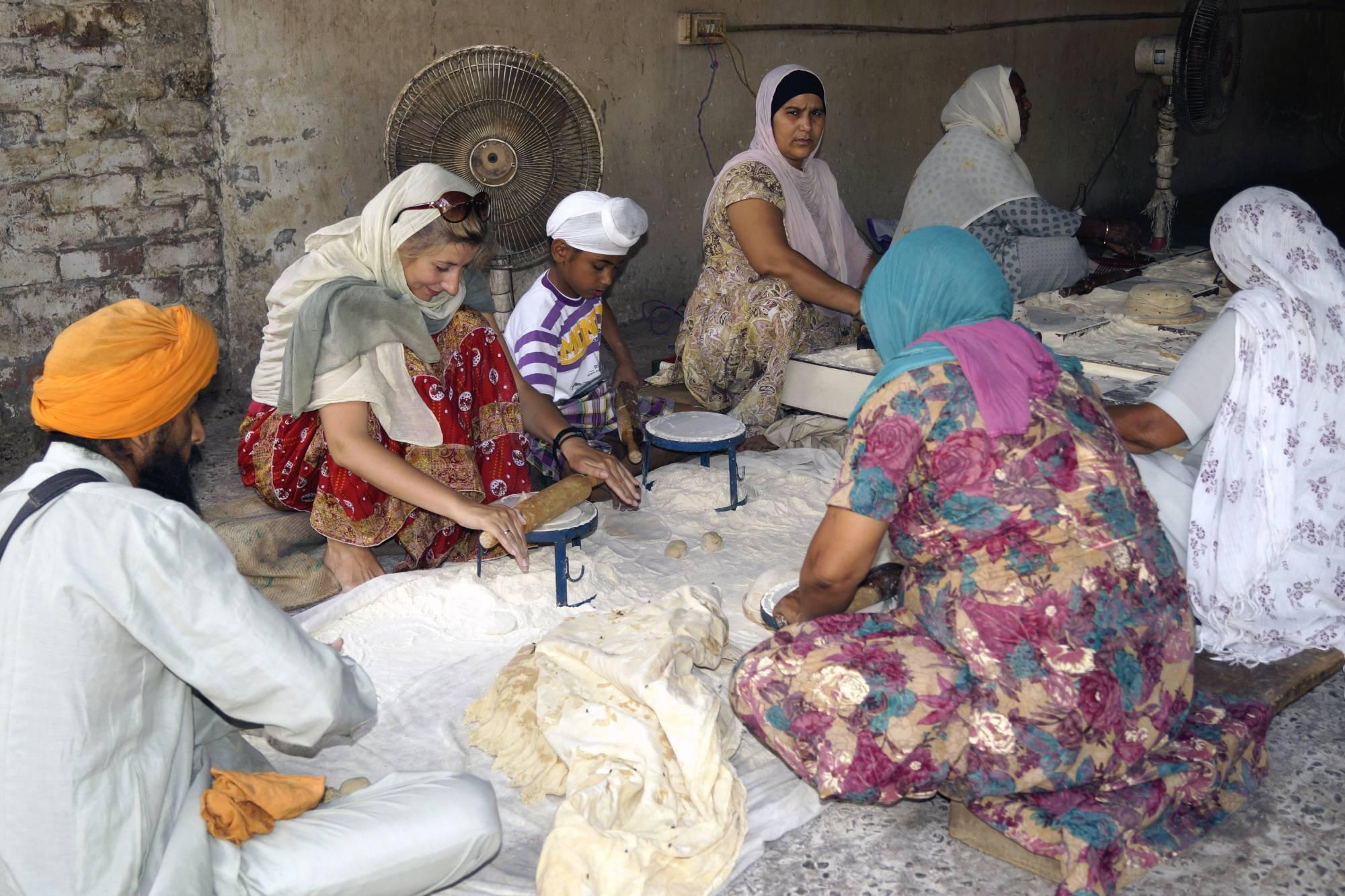 Praca w świątynnej kuchni w Amritsarze