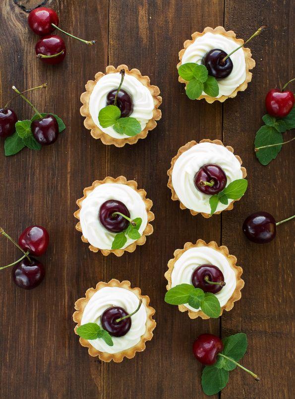 Tartaletki z bitą śmietana i owocami