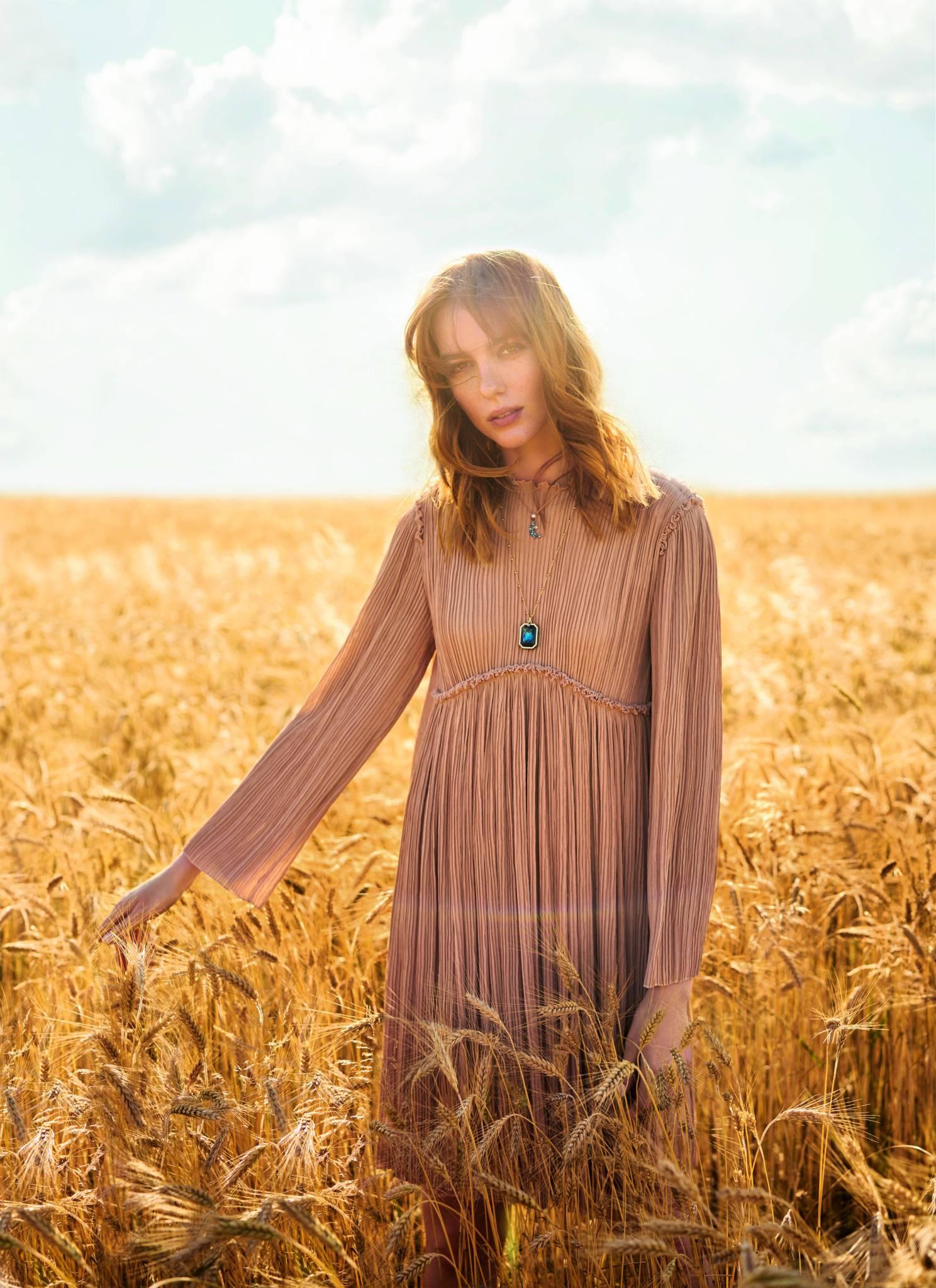 Sukienka CLOE/VITKAC.COM, naszyjniki SWAROVSKI (Fot. Artur Wesołowski/ MAKATA