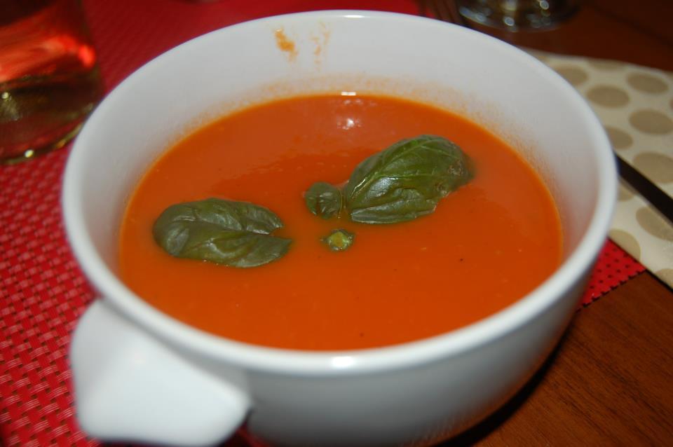 Zupa krem z pomidorów z bułeczką ziołową ricotta