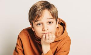 2021/01/czy-dobrze-byc-chlopcem-studio-shot-of-handsome-10-year-old-boy-with-blond-hair-wearing-brown-picture-id1147896351.jpg