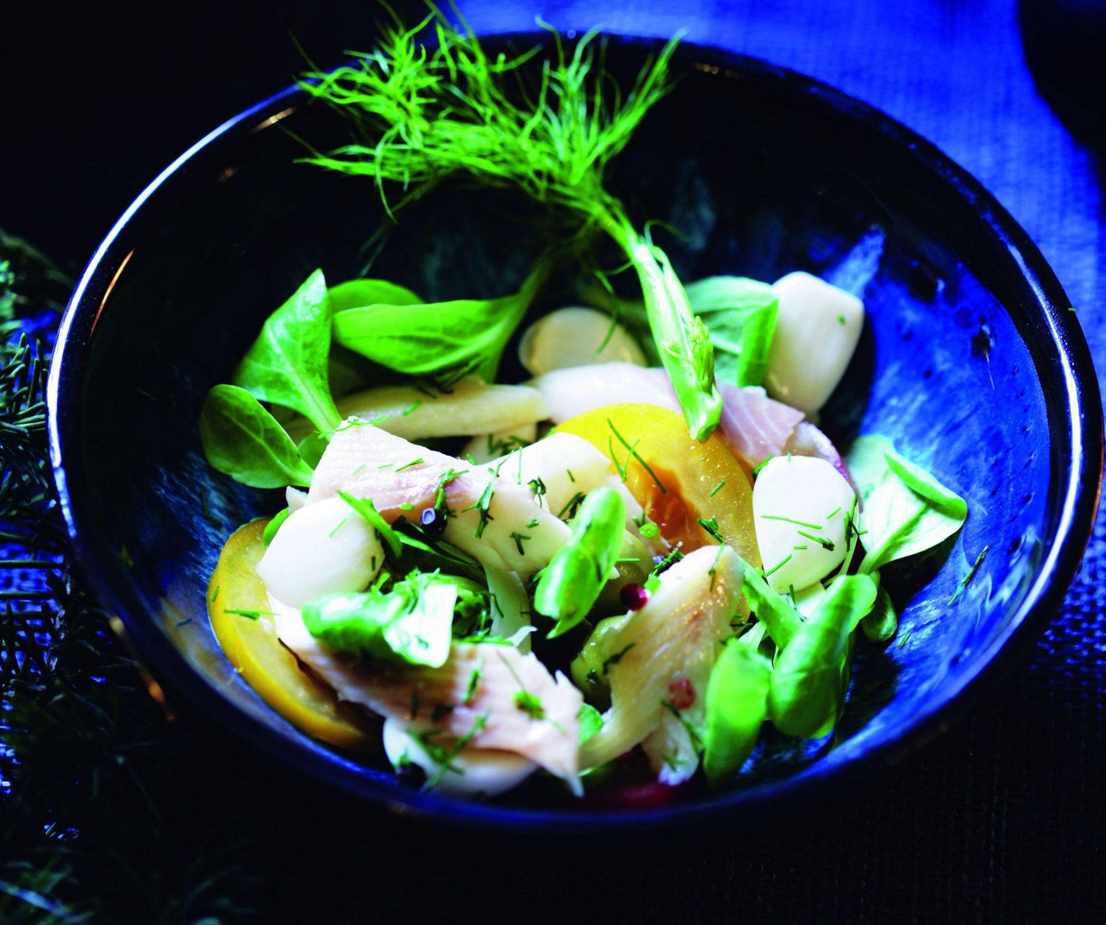 Sałatka z wędzoną rybą