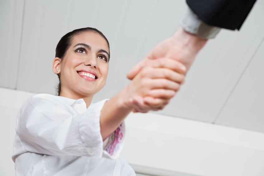 Jak podajesz dłoń przy powitaniu?