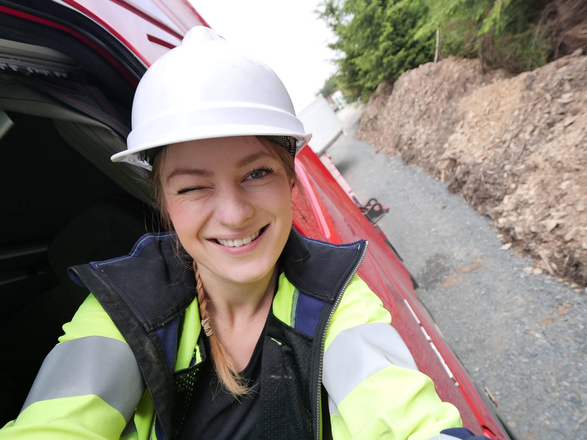 """Jak wygląda świat zza kierownicy ciężarówki? Rozmowa z """"trucking girl"""" Iwoną Blecharczyk"""