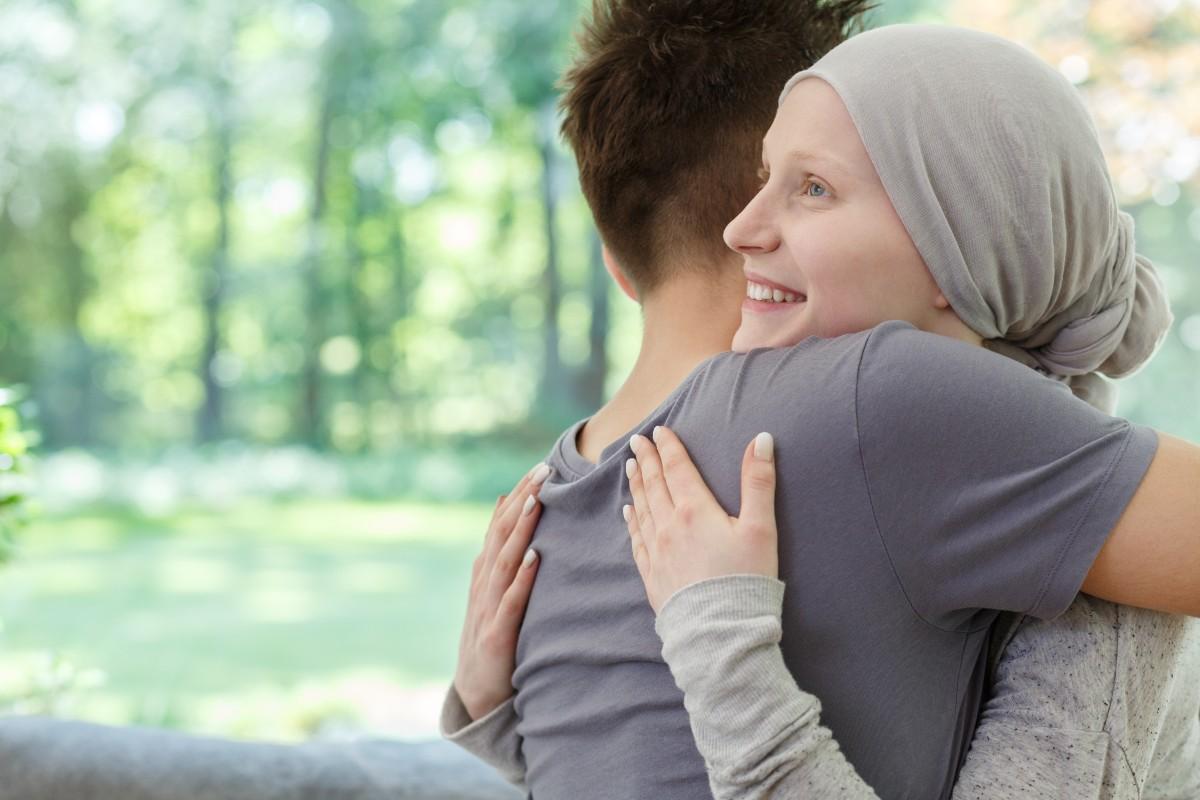 Terapeuci pracują metodą Simontowką grupowo i indywidualnie. Pacjent i jego bliscy mogą liczyć na konkretne narzędzia psychologiczne, takie jak wizualizacje, medytację, pracę z przekonaniami czy wyrażeniem emocji. (Fot. iStock)