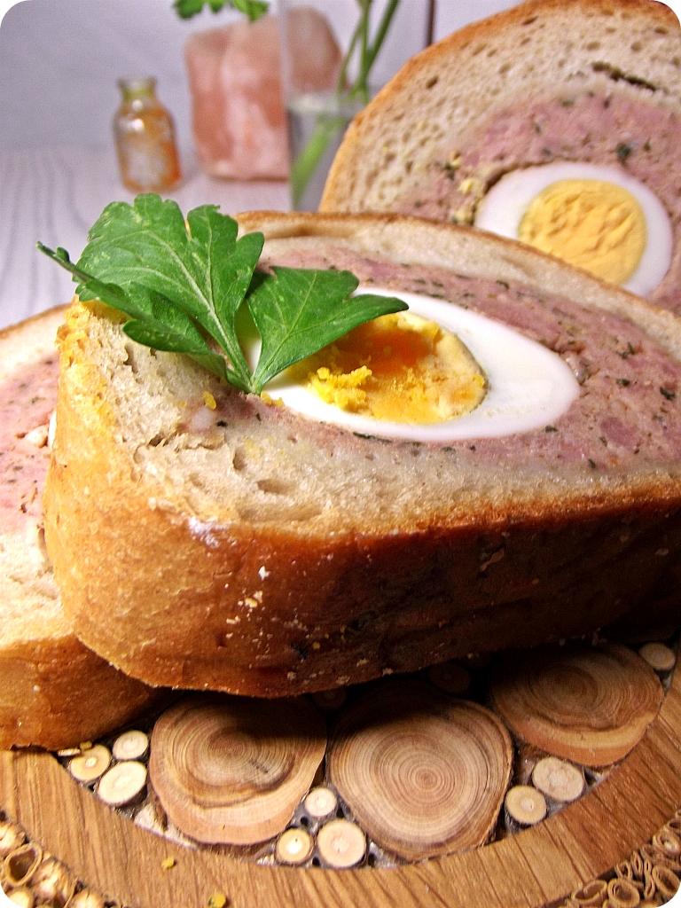 Klops z jajkiem pieczony w chlebie