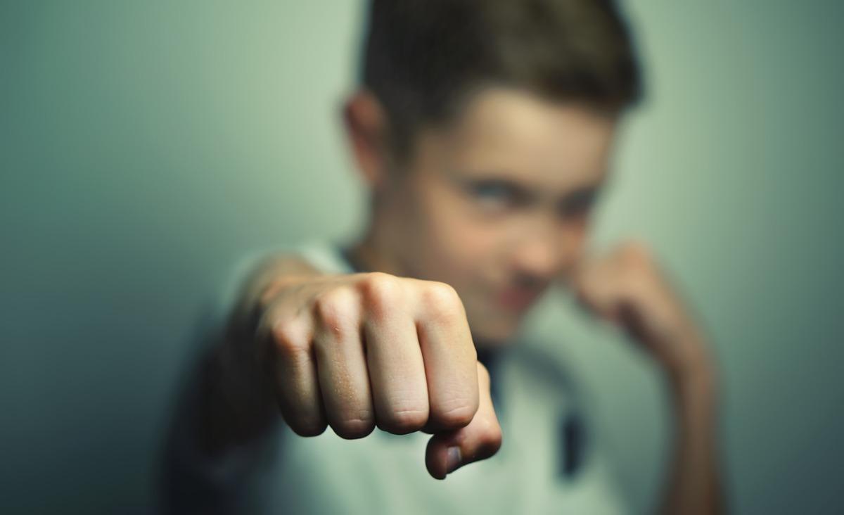 Agresja wśród młodzieży - jak postępować z agresywnym nastolatkiem?