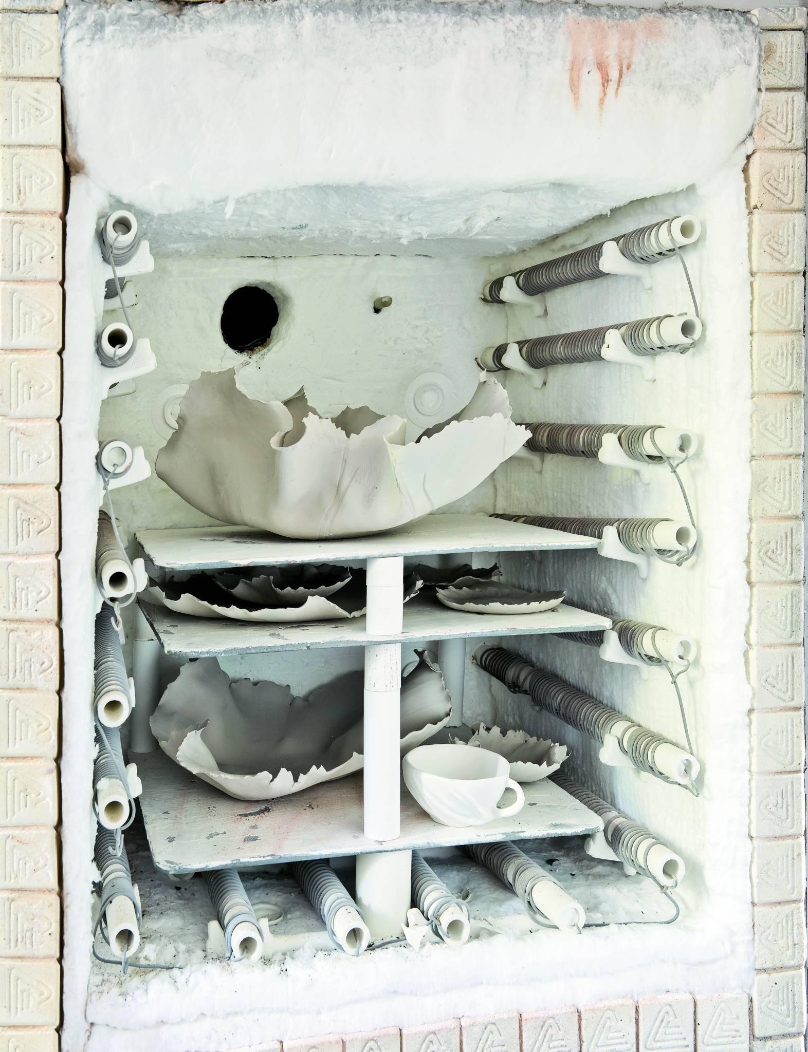 W pracowni najważniejsze są piec ceramiczny i stół roboczy. 11. Jedna z namiętności Dominiki: kolekcja porcelany. (Fot. Jakub Pajewski; Stylizacja: Basia Dereń-Marzec)