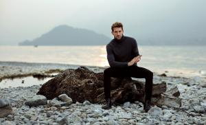 2021/01/czego-pragna-mezczyzni-handsome-man-relaxing-on-the-beach-near-the-lake-picture-id1201013013.jpg