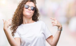 2020/11/jesli-nie-rozwiazesz-wlasnych-problemow-niewiele-wniesiesz-do-rozwiazania-problemow-swiata-beautiful-brunette-curly-hair-young-girl-wearing-sunglasses-over-picture-id1098292938.jpg