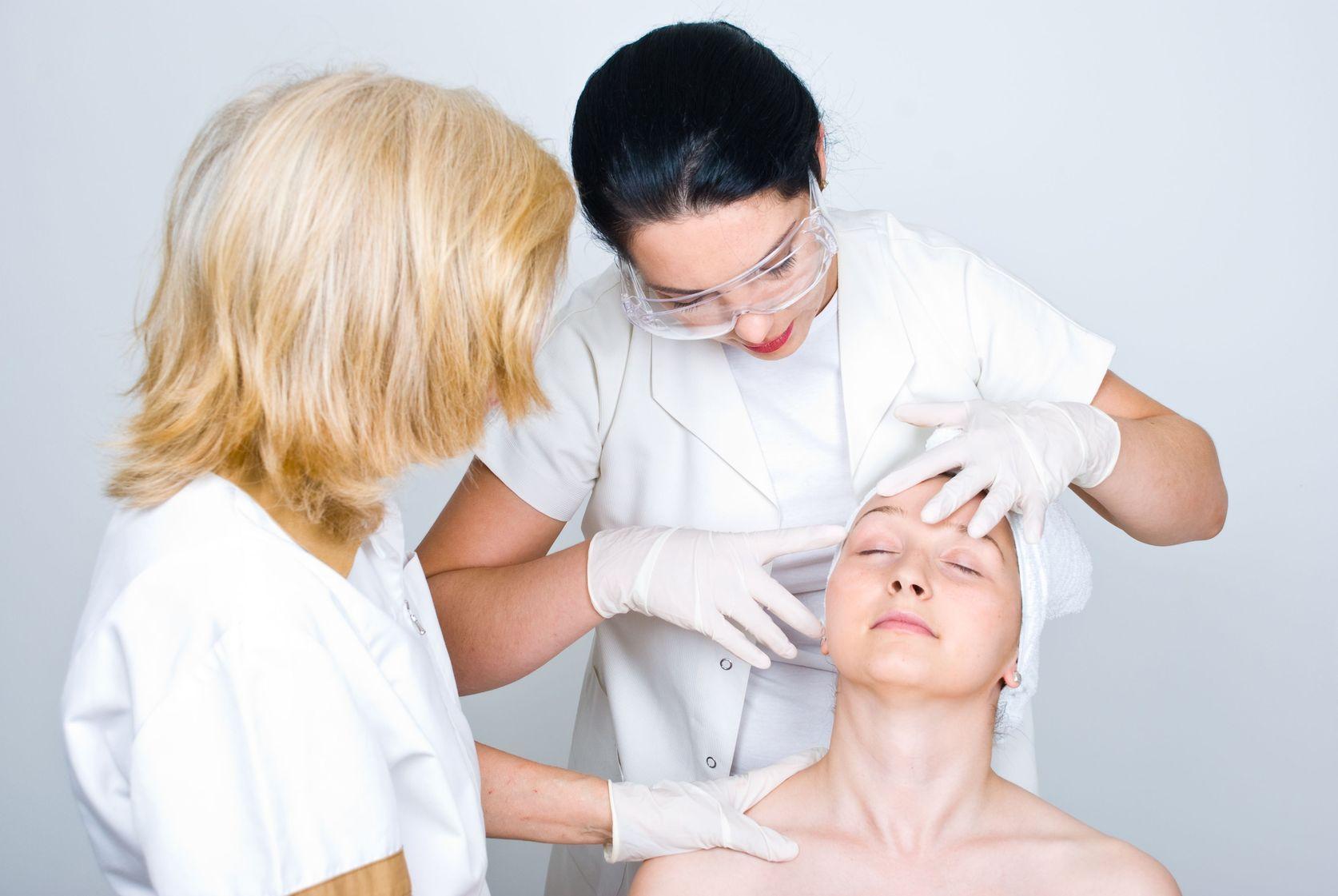 Kosmetyczka czy dermatolog?