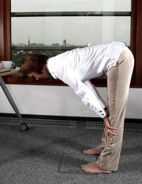Joga przy biurku: ulga dla kręgosłupa, mięśni pleców i nóg, ćwiczenie numer 10