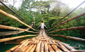 2013/03/w-zgodzie-ze-soba-young-woman-on-bamboo-bridge-in-bohol-philippines-picture-id1135961688.jpg