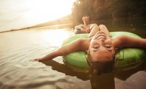 2014/08/wyjazd-na-wakacje-odpusc-kontrole-young-girl-in-lake-on-innertube-picture-id508258296.jpg