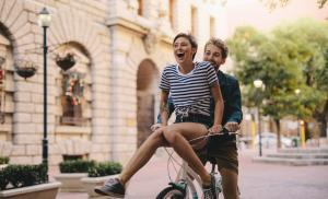 2019/08/couple-enjoying-a-bicycle-ride-in-the-city-picture-id953433590.jpg