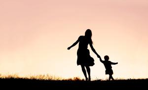 2012/09/wojciech-eichelberger-przedszkolaki-w-ubraniach-dla-doroslych-silhouette-of-mother-and-baby-daughter-running-and-dancing-at-sunset-picture-id626866200.jpg