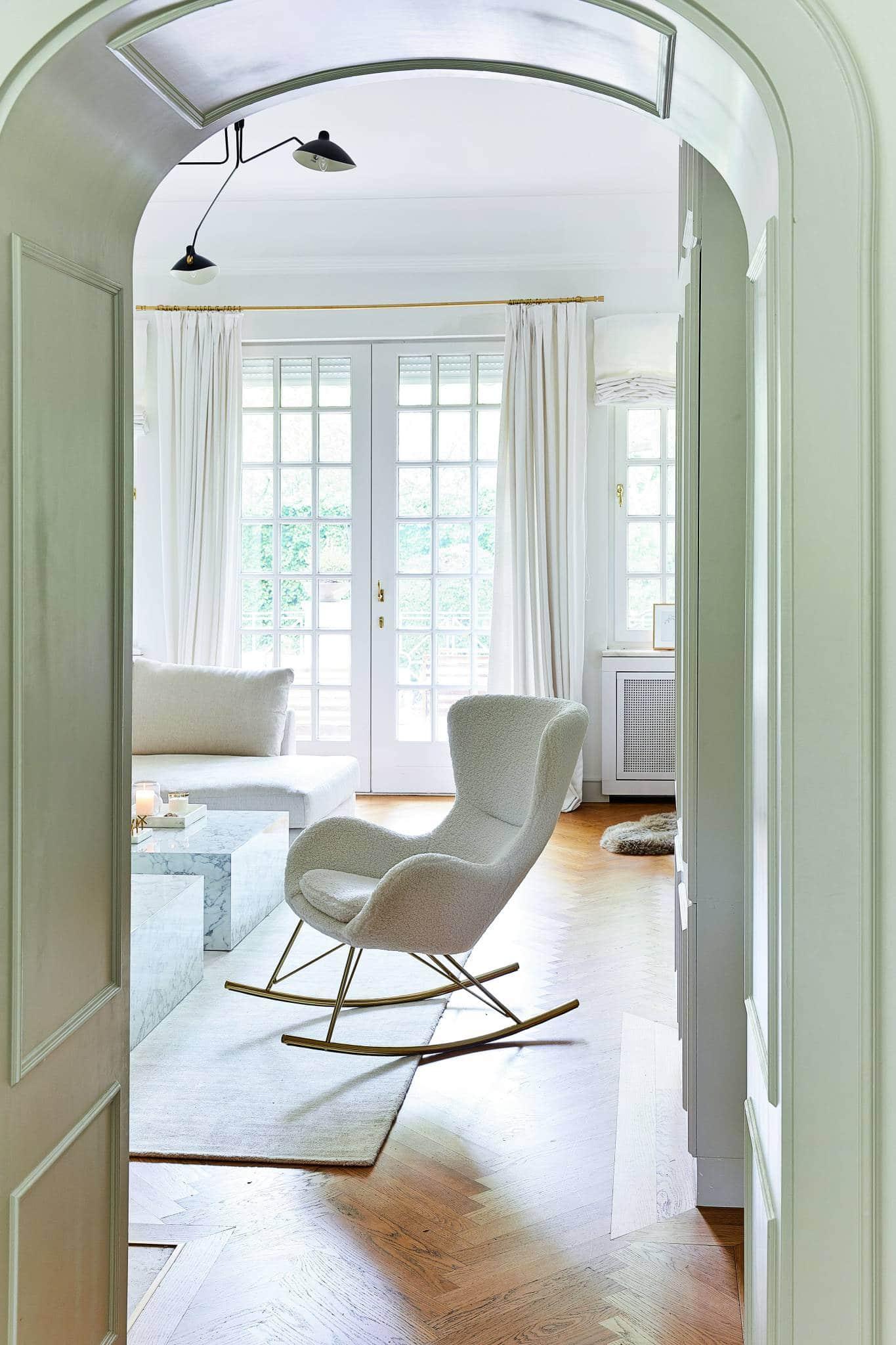 Krzesło bujane Teddy Wing z Westwing Collection obite jest kremowobiałym futerkiem. (Fot. materiały prasowe)